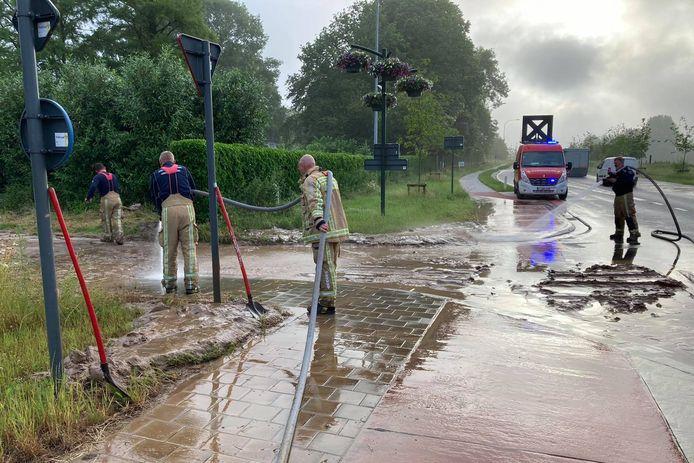 Langs de Provinciebaan in Borsbeke moest de brandweer modder opruimen.