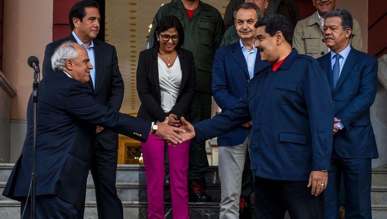 Nicolas Maduro, president van Venezuela, schudt de hand van Ernesto Samper, secretaris-generaal van de Unie van Zuid-Amerikaanse Naties. Achter de twee vlnr. voormalig president van Panama Martin Torrijos, de Venezolaanse minister van Buitenlandse Zaken Delcy Rodriguez, voormalig Spaans premier Jose Luis Rodriguez Zapatero en voormalig president van de Dominicaanse Republiek Leonel Fernandez. Beeld AFP