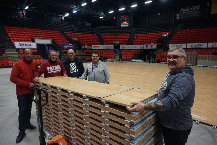 Vlnr. zien we William Devriendt, José Cornelis, Johan Tahon, Patrick Jansen en Patrick Lagrou, die vrijwillig mee de handen uit de mouwen staken.