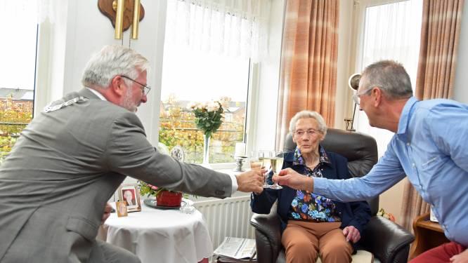 Hoe meer volk over de vloer, hoe liever Rosa de Wever (100) het heeft