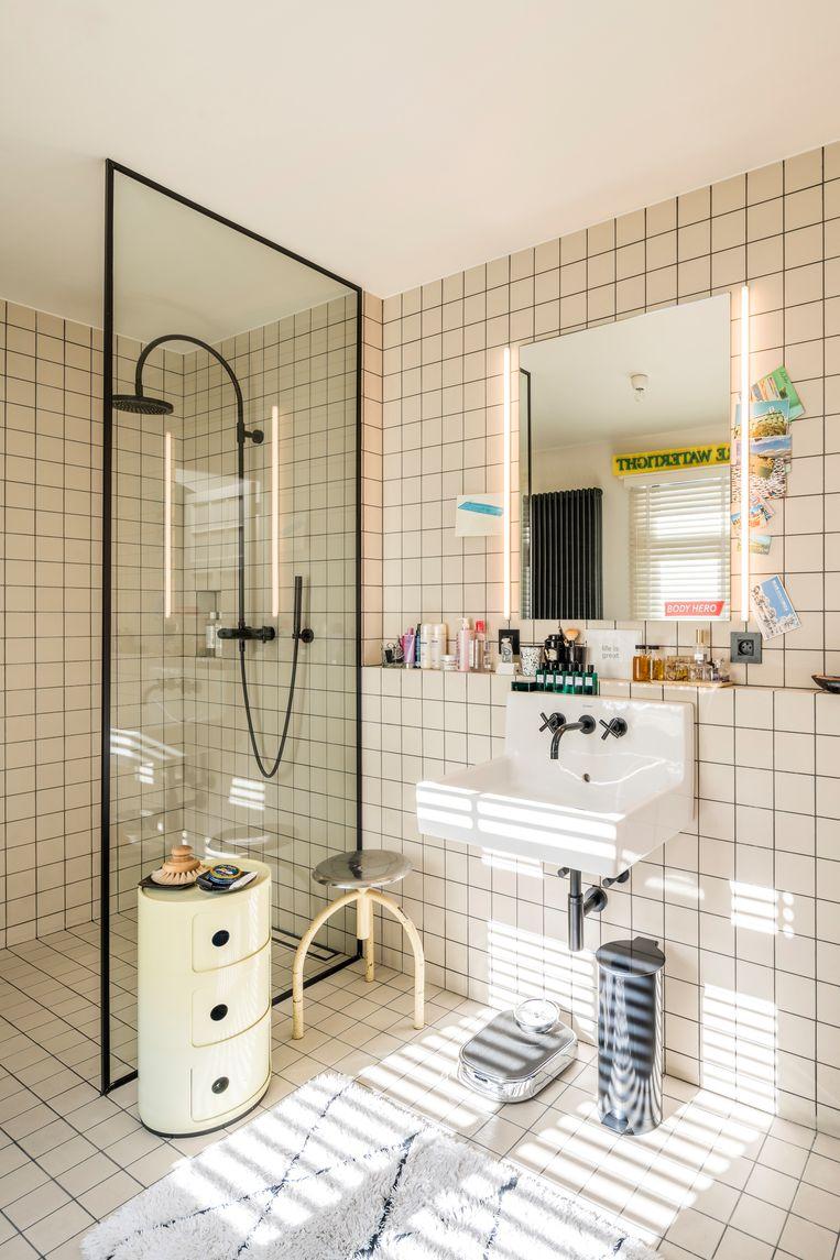Voor de renovatie van de badkamer liet Chantal zich inspireren door badkamers in hotels. Geen kastjes, maar alles uitgestald.   Beeld Luc Roymans