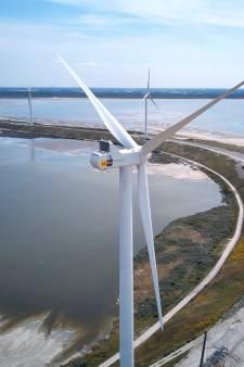 Nieuwe turbines rijzen op in windpark Slufterdam