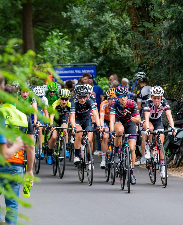 Het peloton van de Boels Ladies Tour bij een doorkomst bovenaan de Oude Holleweg in Berg en Dal, afgelopen augustus. De Omloop der Zevenheuvelen maakt komend jaar dezelfde route.