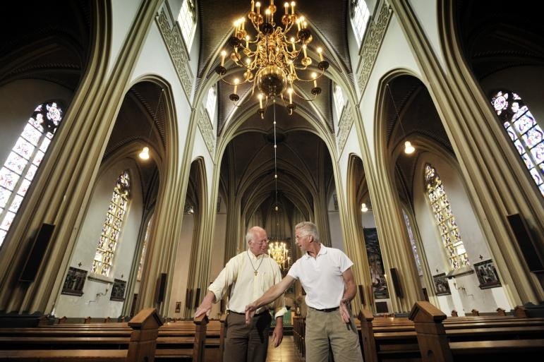 Kerk Dinther weer mooi in de verf\' | Foto | bd.nl