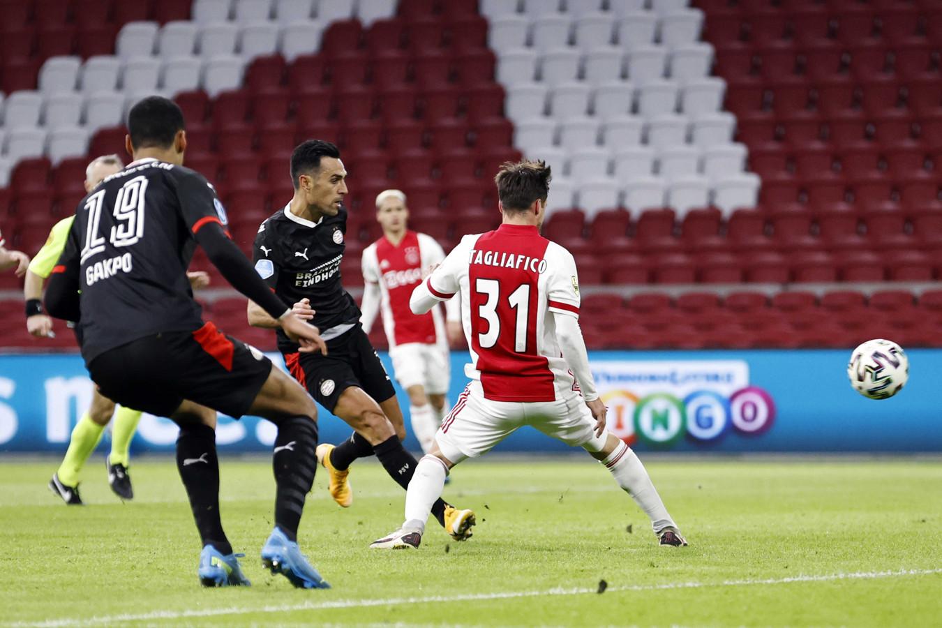 Eran Zahavi schiet de 0-2 binnen tegen Ajax, dat nog tot 2-2 kwam. PSV en Ajax hielden zodoende een punt over aan een boeiende topper.