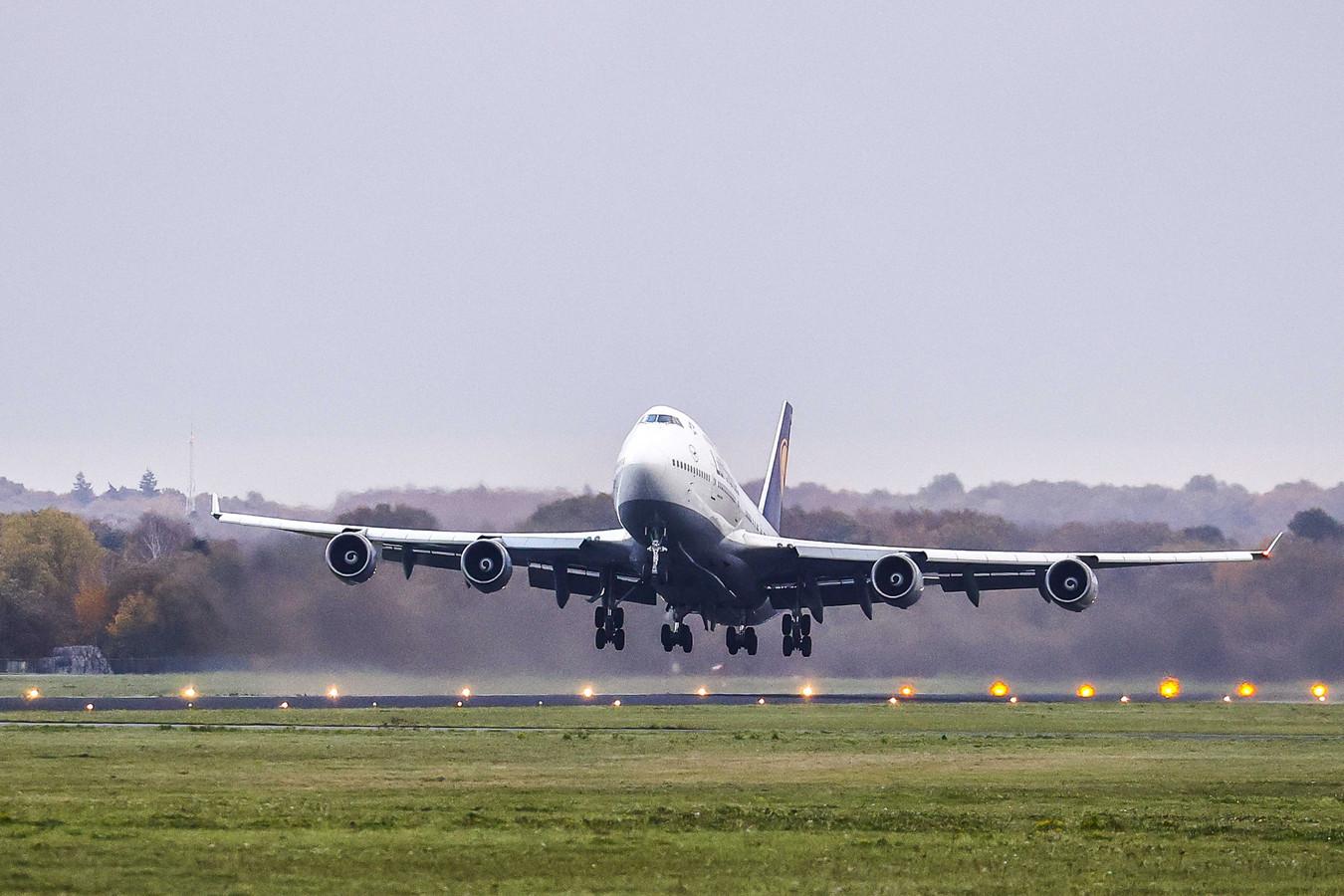 Een Boeing 747 stijgt op bij Twente Airport.
