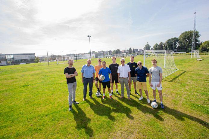 Het gemeentebestuur samen met enkele jongeren uit Asse op het voetbalpleintje aan de Asphaltcosite.