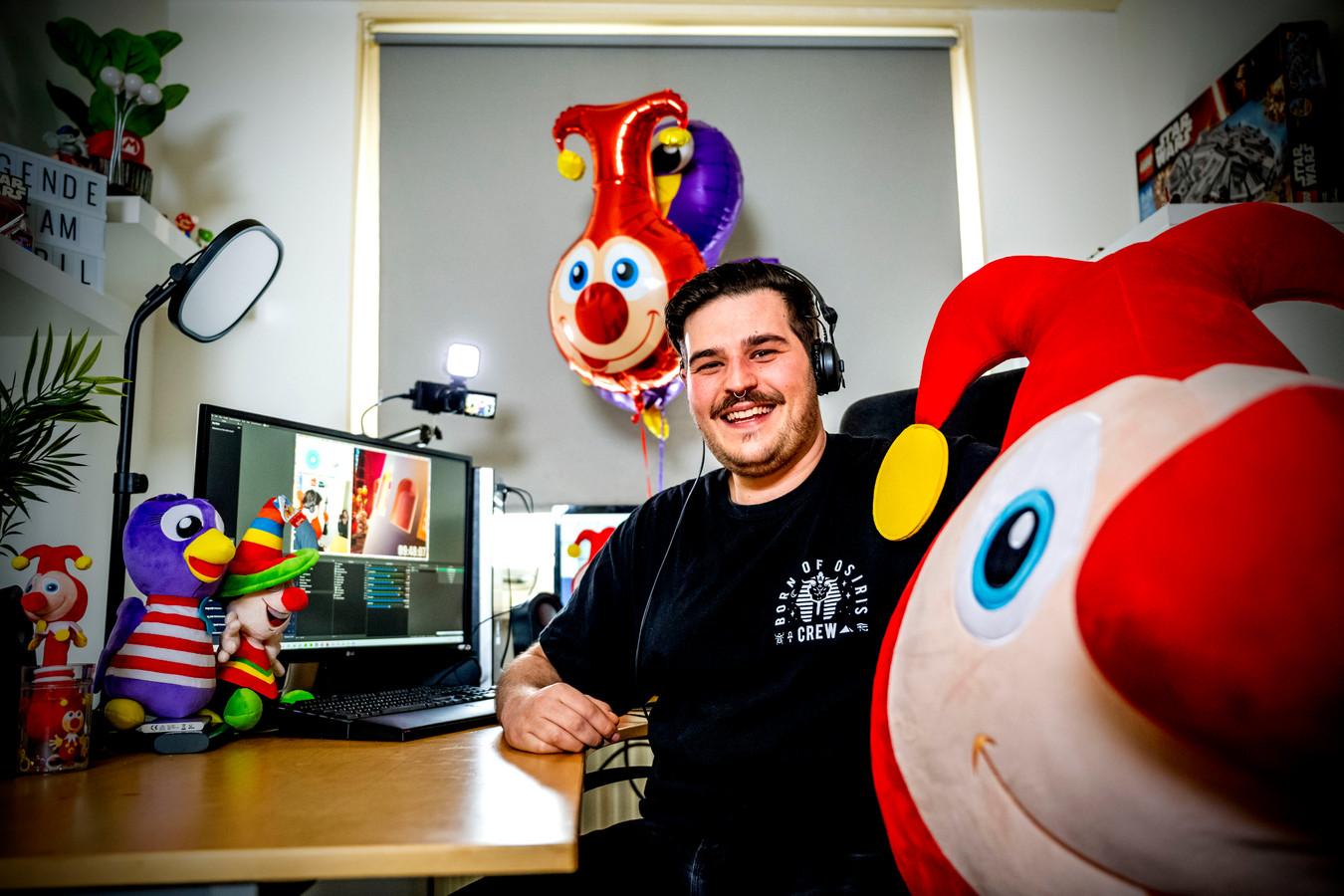 """Vanuit zijn studio in Crooswijk streamt pretparkvlogger Pieter Leebooij vandaag tien uur achter elkaar het herkenbare deuntje Carnaval Festival. ,,Het wordt een lange zit."""""""