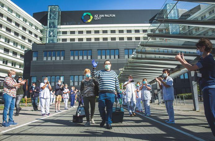 Jean-Pierre Bellen verlaat het AZ Jan Palfijn doorheen een applaudisserende erehaag van dokters en verpleegkundigen.