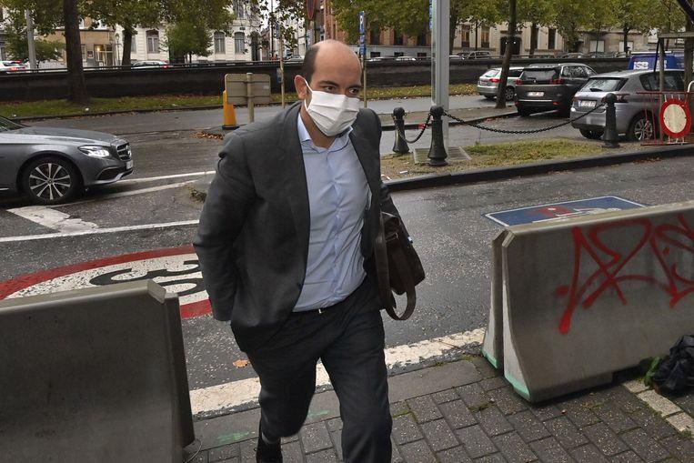 Michel deze ochtend bij aankomst aan het partijbureau van de Franstalige liberalen, zijn slordig geparkeerde wagen op de achtergrond. Beeld BELGA