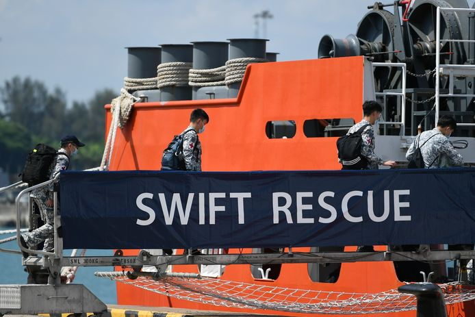 Reddingdswerkers uit Singapore helpen mee met de zoektocht.