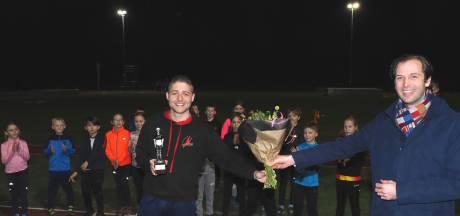 Vlaardingen strooit met prijzen: ook enthousiaste atletiektrainer Jowie krijgt Flip Vethaaktrofee