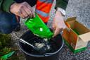 Een medewerker prepareert een biologisch bestrijdingsmiddel met aaltjes dat op eiken wordt gespoten ter bestrijding van de eikenprocessierups.