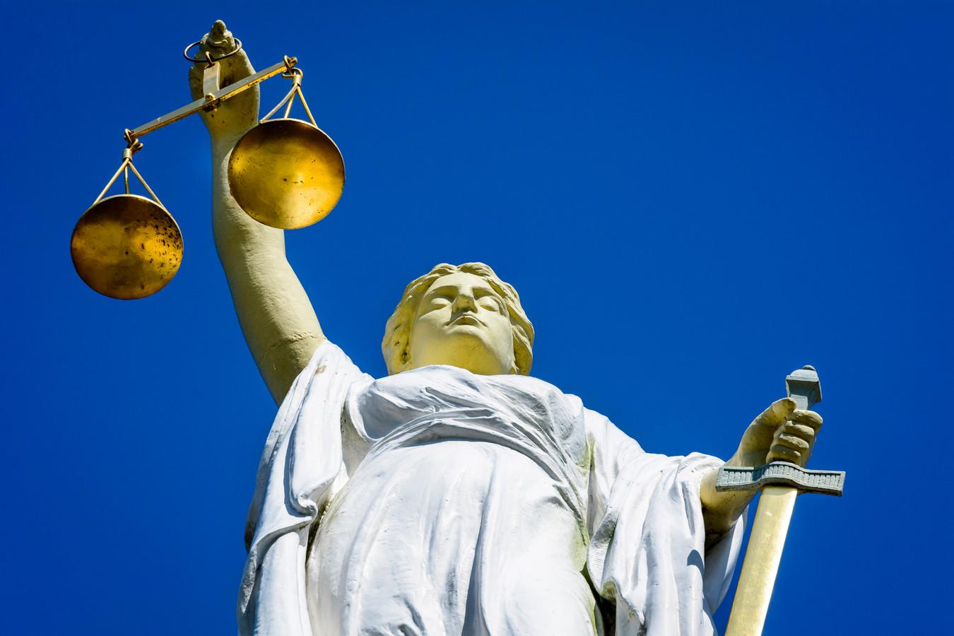 Justitie heeft dinsdag 240 uur werkstraf en zes maanden voorwaardelijke celstraf geëist tegen een 52-jarige man uit Zwijndrecht.