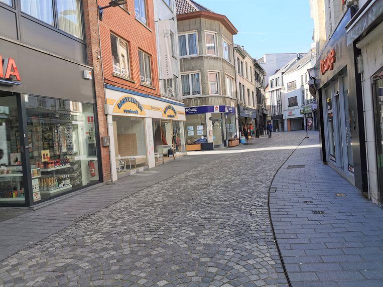 Een lege Basiliekstraat in Halle. De stad gaat tegen de gevels wachtzones voorzien voor de klanten en vraagt hen om op de middenstrook rechts te stappen wanneer de winkels maandag heropenen.