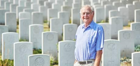 Toon (89) draagt zijn levenswerk over: 17 dikke ordners over gesneuvelde bevrijders die in Uden begraven liggen