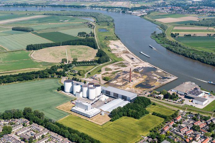 Luchtfoto van suikerfabriek in Puttershoek.