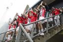 Spelers van Willem II komen buiten om samen met de supporters de handhaving te vieren.