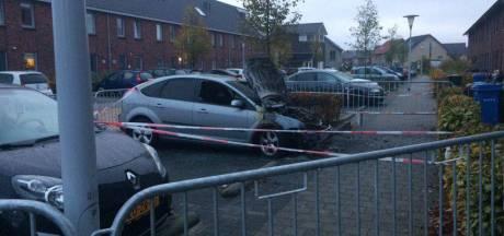 Auto brandt uit in Zwolle, vermoeden van brandstichting