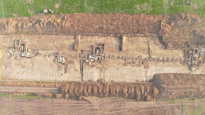 De fundering van de opgegraven steenfabriek bij de toekomstige overnachtingshaven bij Spijk.