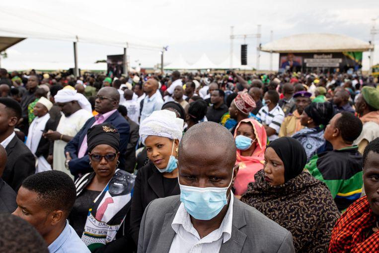 Duizenden inwoners kwamen eind maart naar Chato, in het noordwesten van Tanzania, om een laatste glimp van de opgebaarde leider Magufuli op te vangen.  Beeld Getty Images