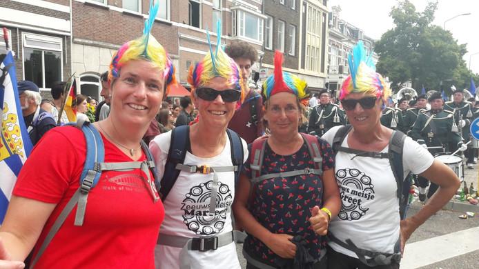 Anja Ovaa, Marleen Ovaa, Wilma Coppoolse uit Vlissingen en Greet Ovaa uit Koudekerke. Anja: 'Iedereen is hartstikke moe, maar dit maakt alles goed.'