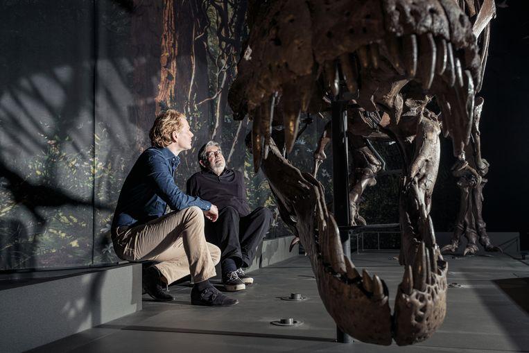 Gijs Rademaker (links) en Maarten van Rossem bekijken de T-rex van Naturalis van dichtbij. Beeld Jakob van Vliet