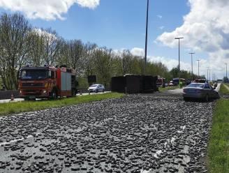 Vrachtwagen kantelt en verliest lading ijzererts: R4 richting Gent volledig versperd