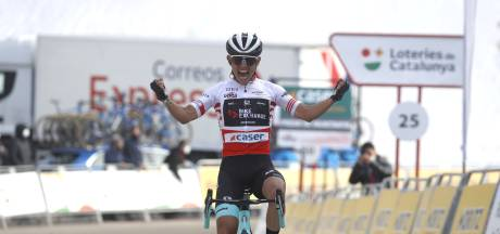 Chaves wint koninginnenrit na solo, Ineos verdedigt leiderstrui Adam Yates met succes
