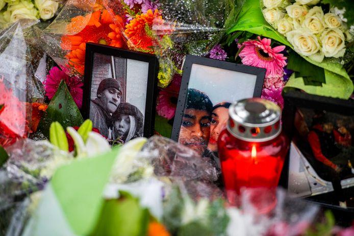 Op de plek waar Musheraldo werd doodgestoken zijn foto's van het slachtoffer tussen de vele bossen bloemen neergezet.