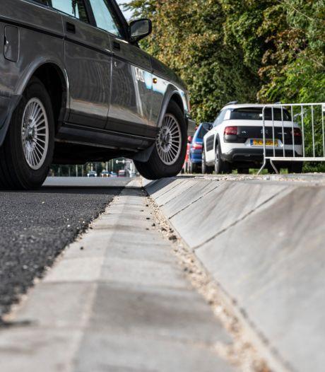 Buurt boos over hoge stoepranden Graafseweg: 'Niet de bedoeling dat grafkisten gaan stuiteren'