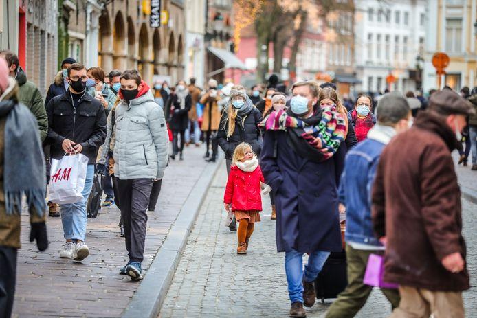 Maandenlang was dit een vertrouwd beeld in de winkelstraten, nu verdwijnt de mondmaskerplicht in Brugge.