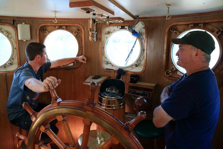 Kapitein Spencer Larson en deckhand Dave in gesprek. Beeld Jonathan Vandevoorde