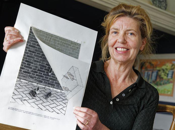 Karin Colen toont het ontwerp uit 1983 voor het Monument voor de eerste kus.