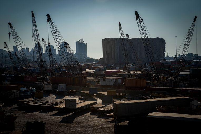 De verwoesting in de haven van Beiroet is een jaar na de explosie nog steeds goed zichtbaar .  Beeld René Clement