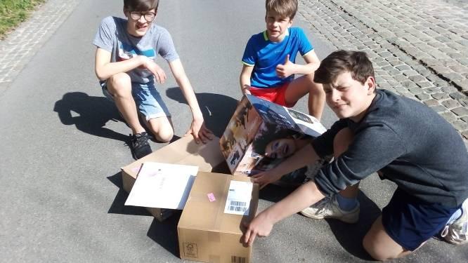 """Kinderen vinden waardevolle verdwaalde pakketjes op straat: """"Het leek even Sinterklaas"""""""