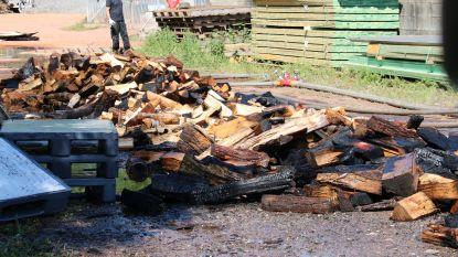 Kisten gevuld met hout vatten vuur tijdens slijpwerken