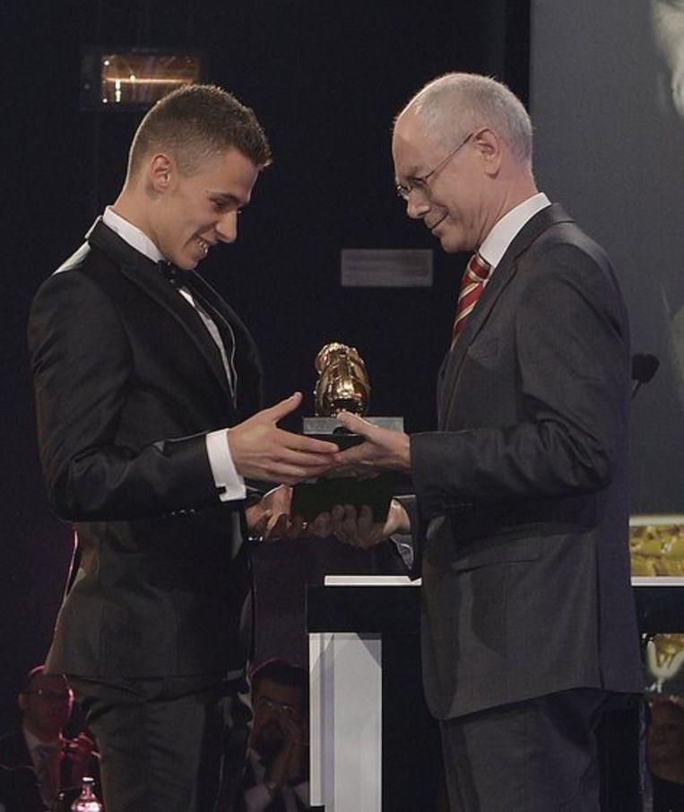 Thorgan Hazard kreeg de Gouden Schoen uit handen van de Europese president Herman Van Rompuy. Beeld PHOTO_NEWS