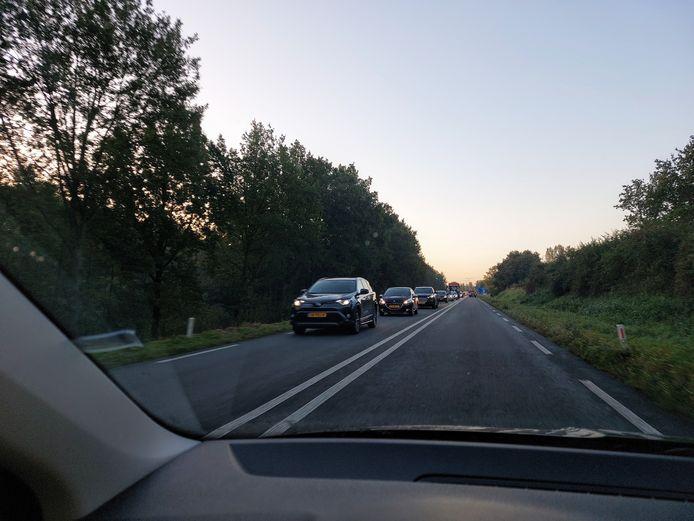 Drukte op de N317bij Doesburg richting Dieren. Verkeer dat normaal over de Rivierweg richting Westervoort rijdt, moet vanwege werkzaamheden omrijden via de A348.