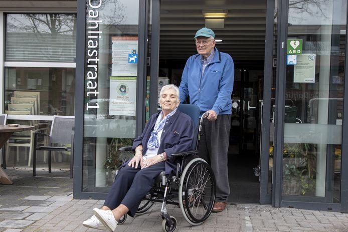 Katie en Frits Bentsink kregen dinsdag pech met de rolstoel tijdens een rondje Nijverdal. Twee jongeren hielpen het echtpaar uit de brand.