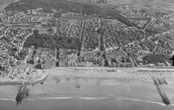 Het strand van Oostende in augustus 1945, vol met zonnebaders. Op de plek links waar nu het Casino Kursaal prijkt - in 1940 vernietigd door de Duitsers, herbouwd tussen 1950 en 1953 - stonden bunkers.