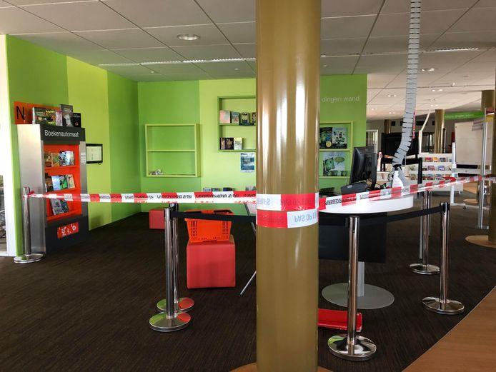 Delen van de bibliotheek van Wijchen zijn afgezet met rood-wit lint.