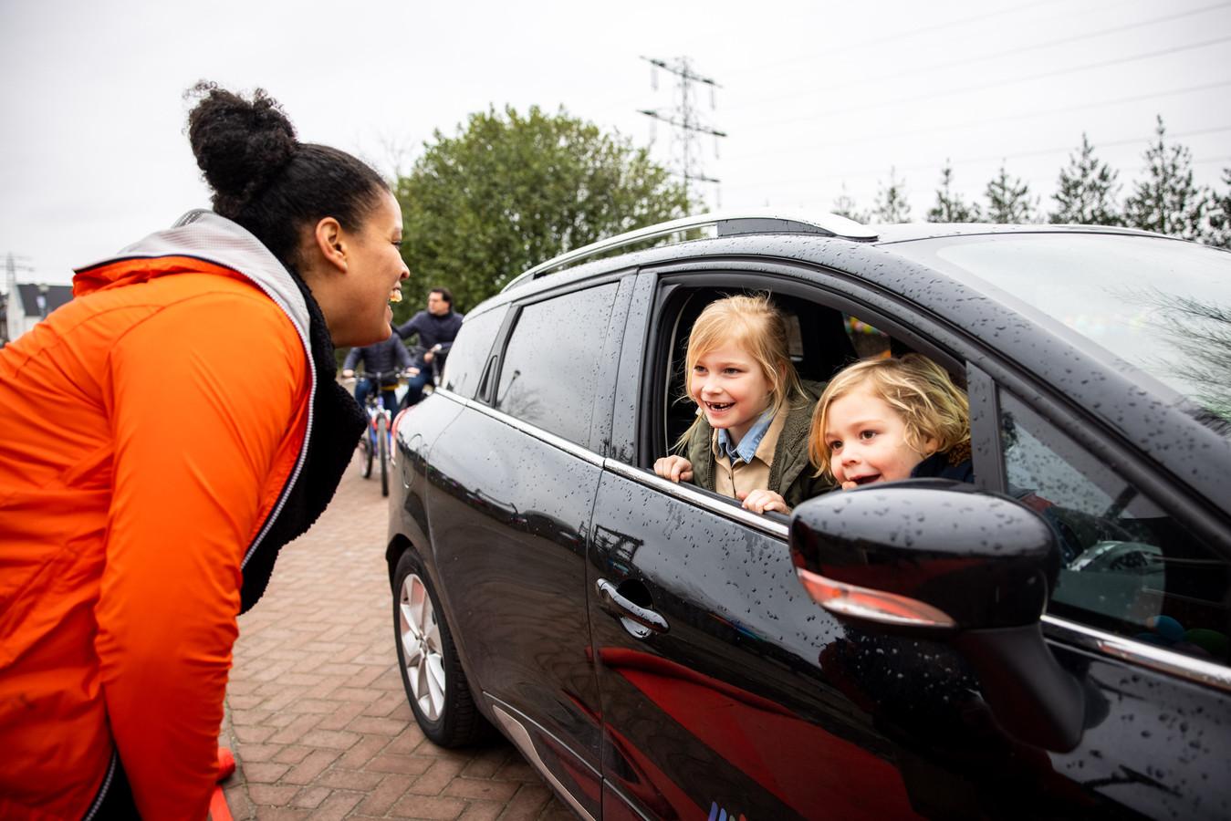 Jo-Anne kletst bij met Hidde (r) en Juliet (l) die al een tijdje niet meer naar de BSO mogen komen. De BSO is alleen open voor kinderen van ouders met urgente beroepen.