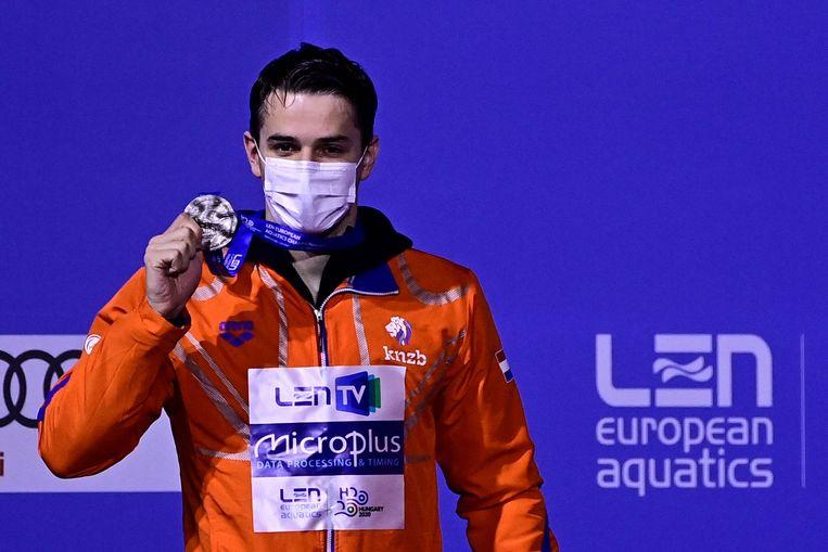 Arno Kamminga met zijn zilveren medaille van de 200 meter schoolslag.  Beeld AFP