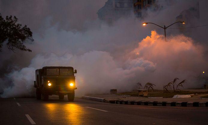 Een legertruck in Havana verspreidt op grote schaal bestrijdingsmiddelen tegen de zika-muggen in 2016.