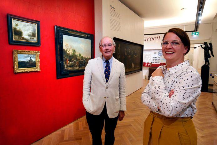 Kunsthistoricus Bert Biemans en directeur-conservator Lisette Colijn bij de drie nieuwe werken die het Gorcums Museum onlangs verwierf. Waaronder de Jan van de Heyden in de gouden lijst.