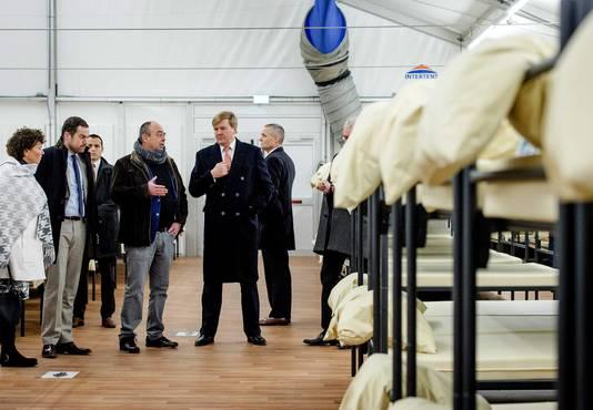 Koning Willem-Alexander dinsdag in een azc in Ter Apel.