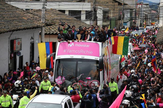 Honderden mensen heten Giro-winnaar Carapaz welkom in zijn geboorteplaats Tulcán, Ecuador.