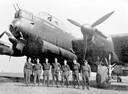 De zevenkoppige bemanning voor de Lancaster die als bijnaam 'Barbara Mary' had. De vliegeniers werden gefotografeerd op de dag van hun noodlottige vlucht die geen van hen zou overleven.