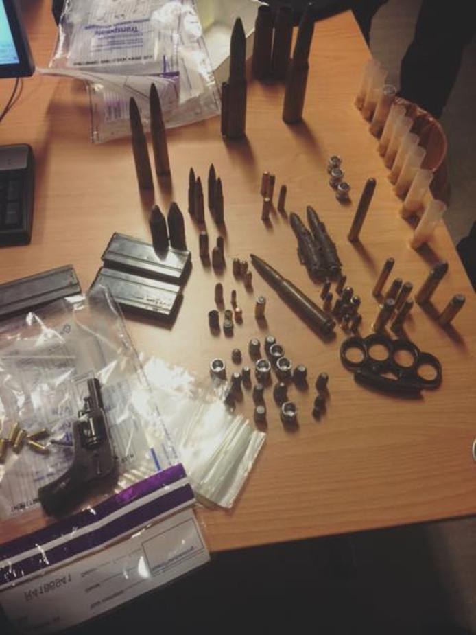 In een woning in Huissen werden wiet, wapens en munitie gevonden.